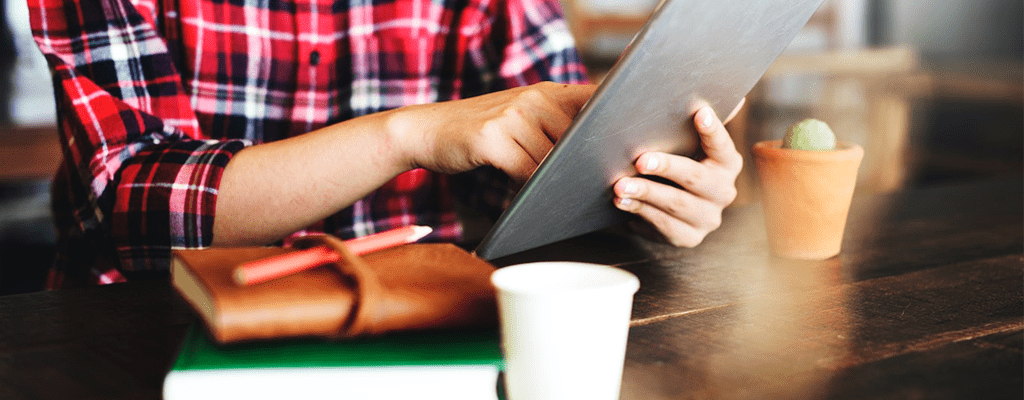 Student maximizing resources for online learning