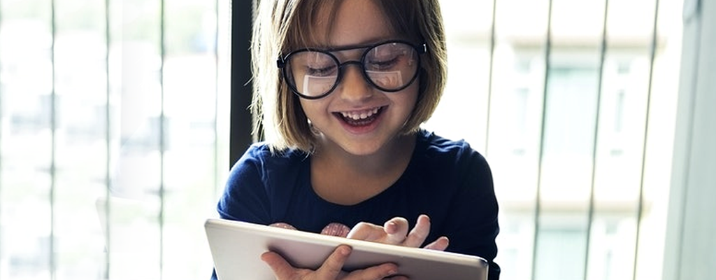 child enjoying online learning with the help of multiple intelligences